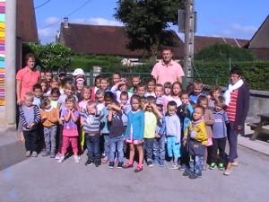 Les enfants scolarisés à Frébuans entourés par Mme MOREY à gauche (Maternelle), M. LE FUR au centre (CP, CE 1 et 2 et Directeur) et Mme DURIEZ à droite (ATSEM)