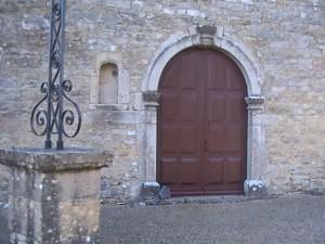 la porte de la chapelle repeinte