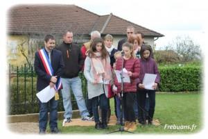 Le Conseil Municipal et les enfants de Frebuans Photo : Christelle BOULARD